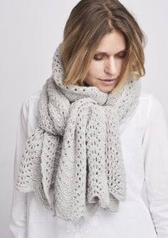 Peacock knitted scarf in light grey with a beautiful lace pattern, made in Önling No 1 merino wool