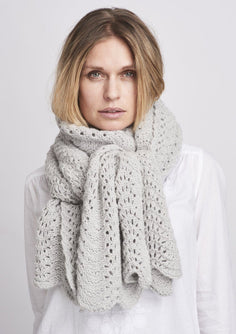 Peacock knitted scarf in light grey with a beautiful lace pattern, made in Önling No 2 merino wool