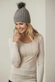 Roses hat, hat knitted in Önling no 2 merino wool, light grey, picture with model