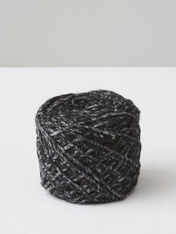 Önling No 5 yarn with specks, made of silk, cashmere, alpaca and wool, here in black with grey specks