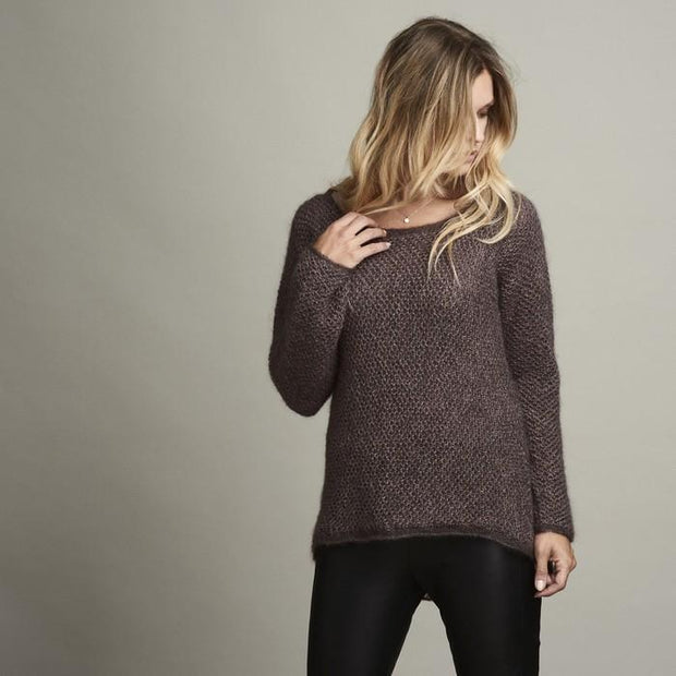 Damask light knitted sweater with beautiful brioche structure pattern in a shale/brown color, made in Isager alpaca and silk mohair, the front