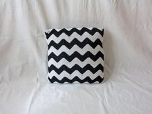 Load image into Gallery viewer, Pillow Geométrica Zig Zag Q Black
