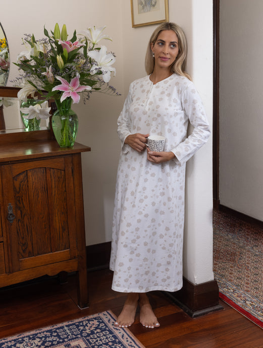 The Matilda soft cotton knit nightie features a beautiful Australian design print using the Australian Bridal Flower for inspiration, with soft tones of cream to add feminine touches.  The nightie has 3 satin buttons to the front and satin cream piping.    This print is exclusive to Clementine Sleepwear