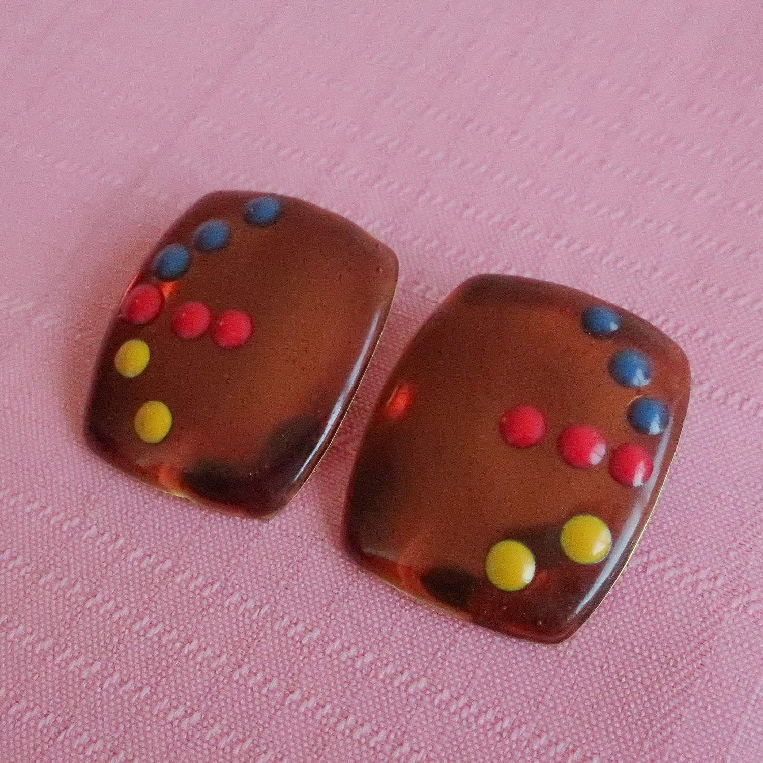 Second Room Vintage Clothing. Vintage rectangular metal copper tone earrings with arrow design, in red, yellow and blue dots. Free North American shipping on all orders.
