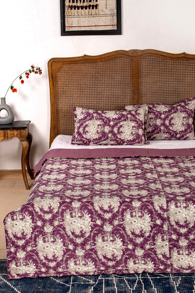Kagat  Reversible Quilt with 2 Pillow Cover