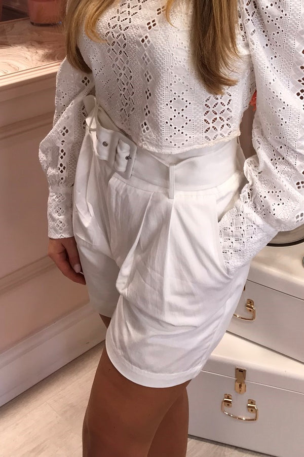 WHITE TAILORED SHORTS WITH BELT DETAIL