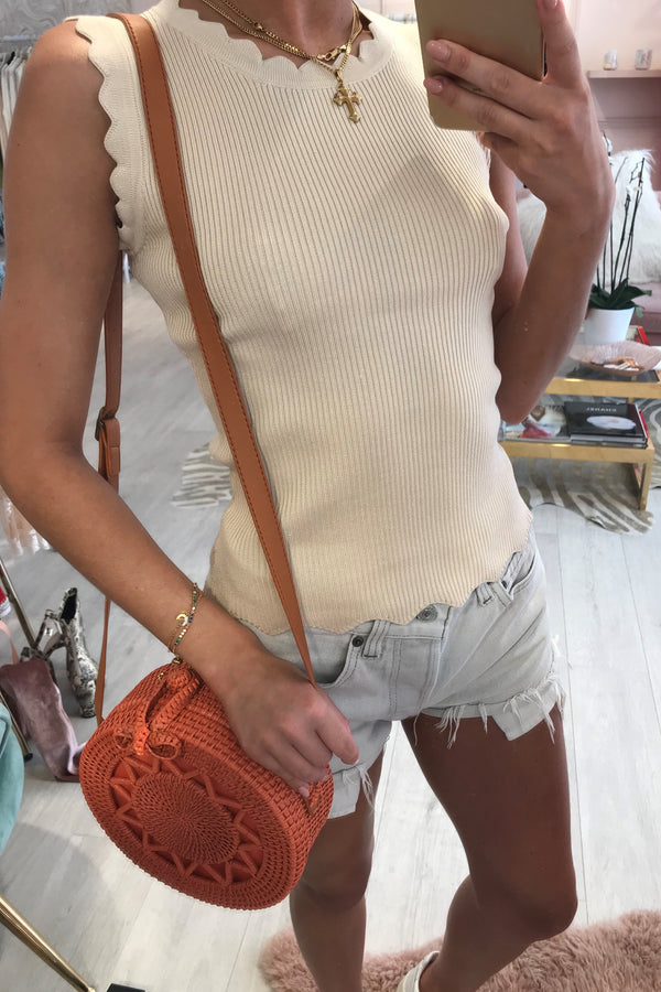 RIBBED SCALLOP KNITTED TOP BEIGE