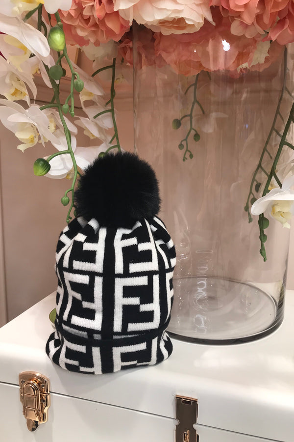 BLACK/WHITE BOBBLE HAT