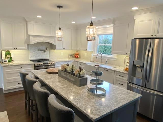 White and Gray Farmhouse Kitchen with Range Hood- Fabuwood Onyx Frost and Horizon