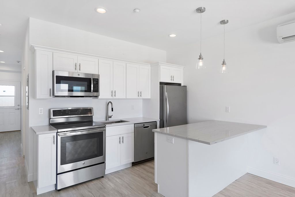 Fabuwood Allure Galaxy Frost White Shaker Kitchen at Sand Piper Condos in West Hamptons, NY