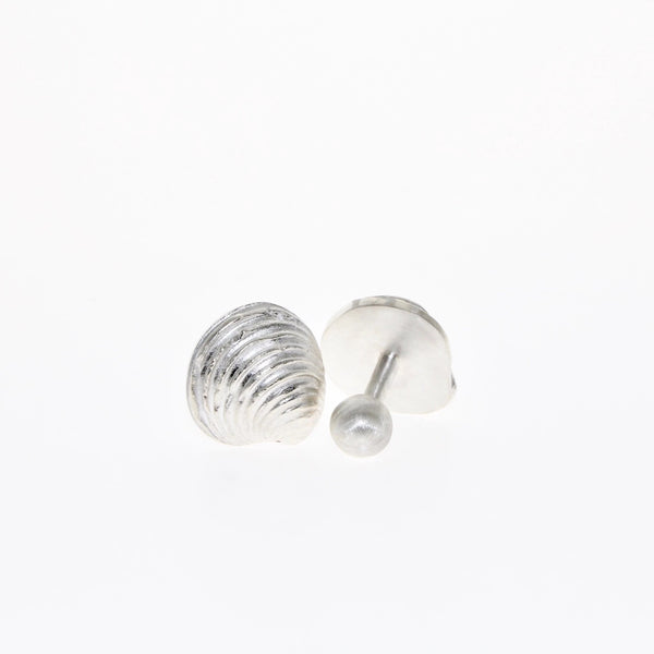 Tamahra Prowse jewellery designer makes men's cufflinks. Clam cufflinks in sterling silver.