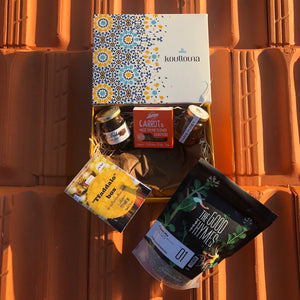 Koullouna tfaddalo box, in collaboration with Souk El Tayeb featuring The Good Thymes Zaatar, Biolicious zaatar biscuits, Debs and organic honey made in Lebanon