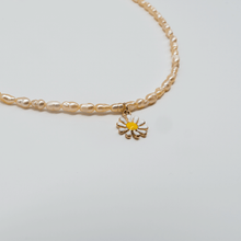 Load image into Gallery viewer, Beaded pearl daisy necklace