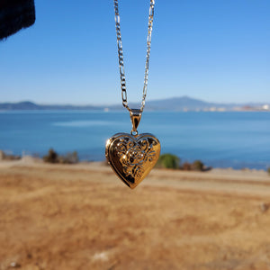 18k plated gold chain and pendant corazón