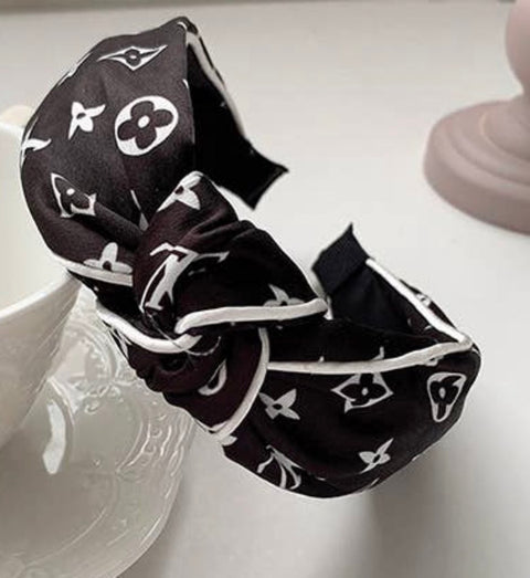 LETTER PRINTED KNOT SATIN HEADBAND- BLACK/WHITE
