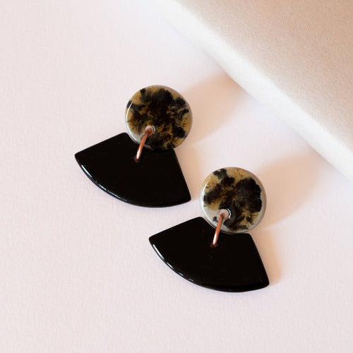 BLACK SPECKLED INVERTED ARCH EARRINGS