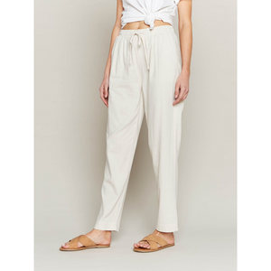 WOMAN WEARING BROOKLYN PANTS IN LINEN