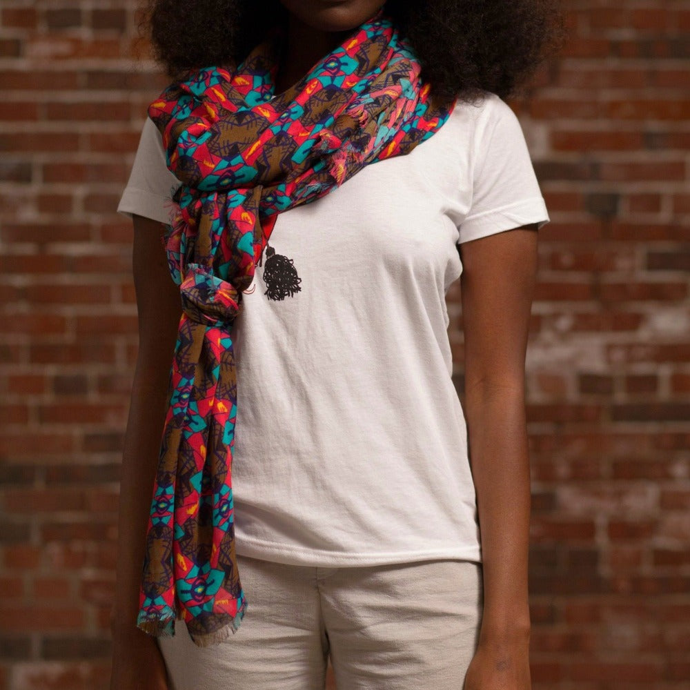 Djenné Foudre Rose Cashmere Blend Scarf on model with white t-shirt