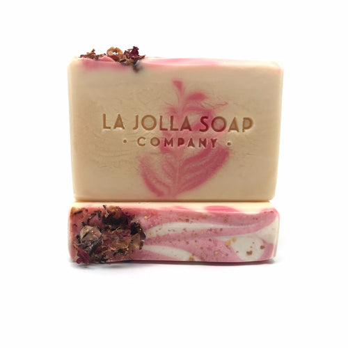 This Artisan Soap is made with real organic Goat milk-high in vitamins, minerals and alpha hydroxy acids which helps to gently exfoliate dead skin cells while nourishing your skin. Enriched with cocoa butter for an extra moisturizing boost. Enjoy the scent of fresh cut roses and warm baked apple with a touch of cinnamon. Suitable for dry or mature skin.
