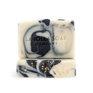 This is our number one hometown favorite. Heirloom Blend Artisan Natural Soap has a rich creamy lather that gently cleanses while maintaining your skin's natural moisture balance. The scent of heirloom vines, rosemary, mint with notes of white floral and citrus zest will enliven your senses and uplift your spirits.