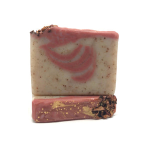 This lovely natural bar blends rose clay and ground vanilla bean for a gentle exfoliation. Nutrient dense and antioxidant rich oils and butters gently cleanse with a bubbly, creamy lather while delicate aroma of Autumn Damask Rose enlivens your senses.