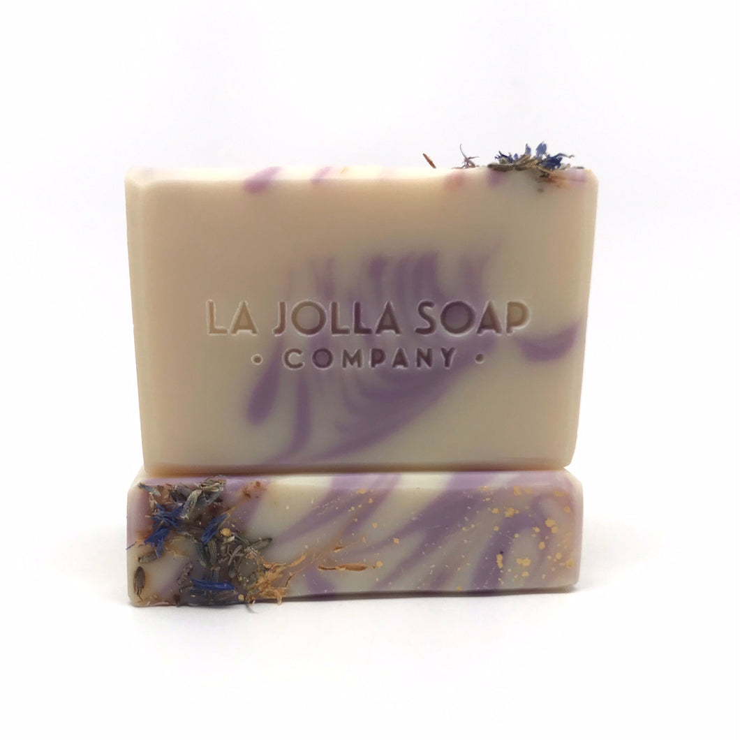 A beautiful plant based blend of moisture rich ingredients like organic olive oil and raw organic cacao butter, both high in vitamin E and antioxidants.  The bubbly lather will gently cleanse your skin while the lovely classic aroma of French lavender relaxes your mind and helps you unwind. Great for all skin types.
