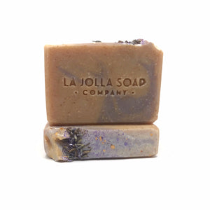 Lavender & Apricot Vegan Blend is made with nutrient dense oils and butters from fruits, nuts and grains. Blended with fine ground apricot seed for sufficient exfoliation leaving your skin feeling smoot and conditioned. The aroma is relaxing and cheerful with notes of French lavender and sweet apricot.