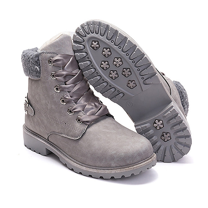 Solid lace-up snow round toe ankle boots.