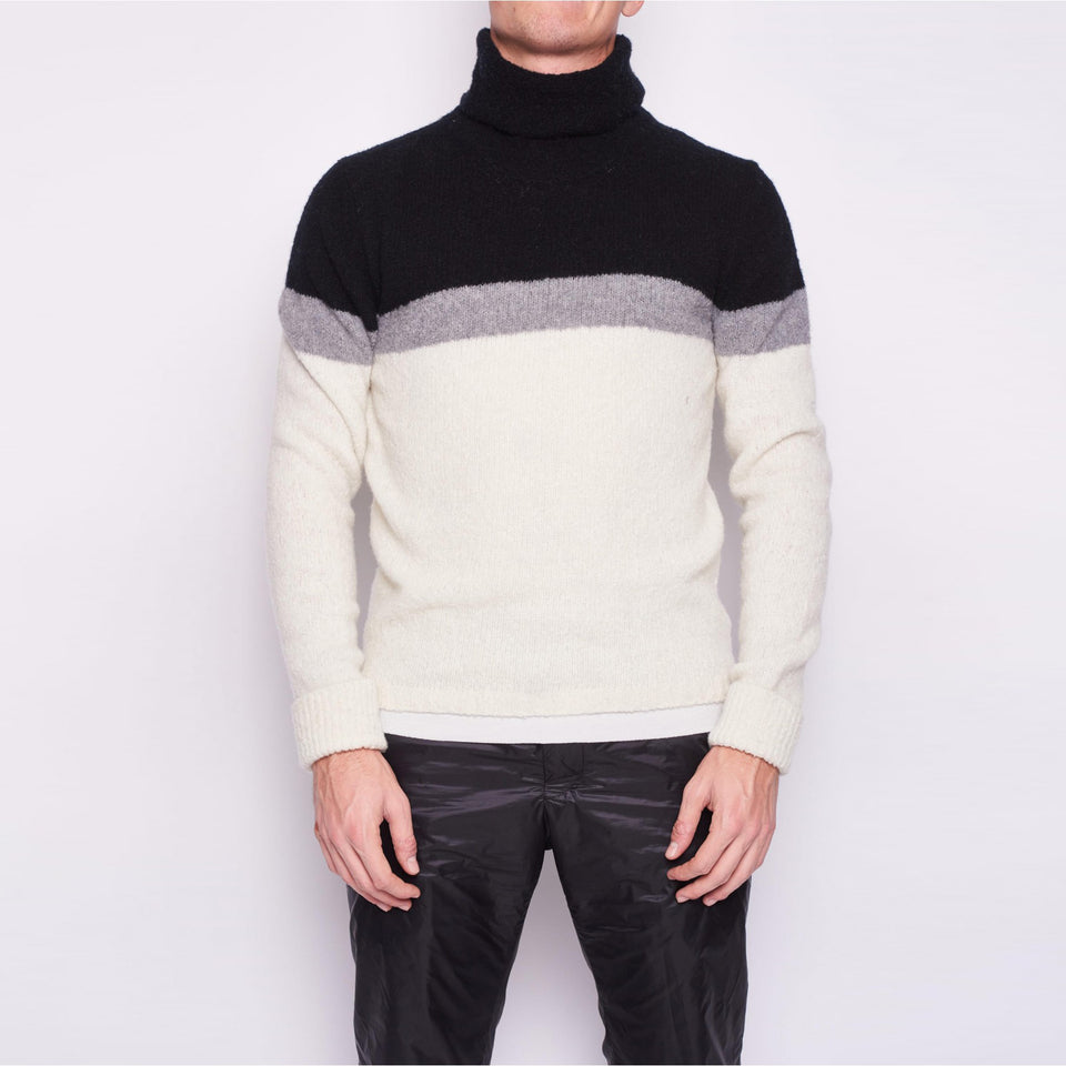 High collar with yoke line in recycled cashmere