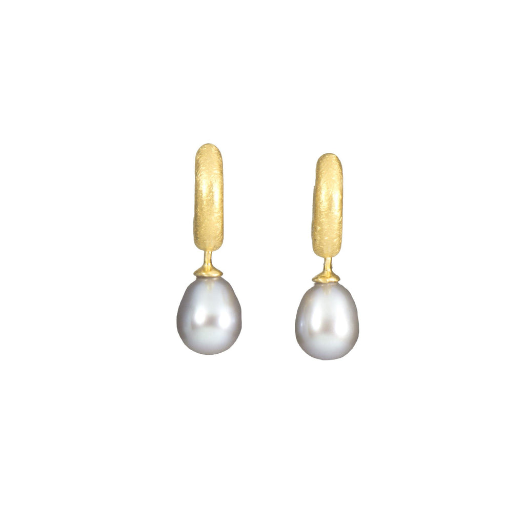 HUGGIE HOOP EARRINGS WITH GREY PEARL DROP 24K GOLD VERMEIL (C03-P02)