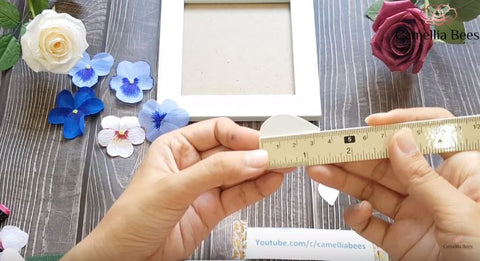 Photo-frame-with-pansy-crepe-paper-how-to-make