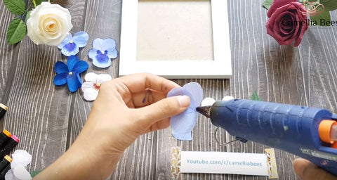 Photo-frame-with-pansy-crepe-paper-tutorial