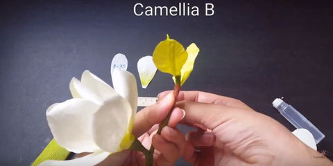 paper-Magnolia-flower-making