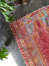 Load image into Gallery viewer, Ender, vintage Turkish prayer rug 2'8 x 3'10