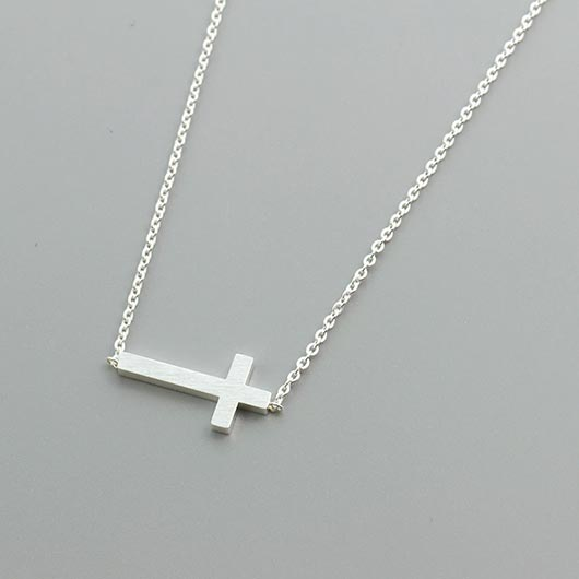Saphira Necklace in silver with lying cross pendant