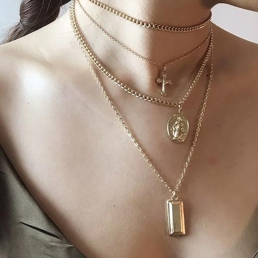 Naemi Necklace in gold with holy pendants Wear On