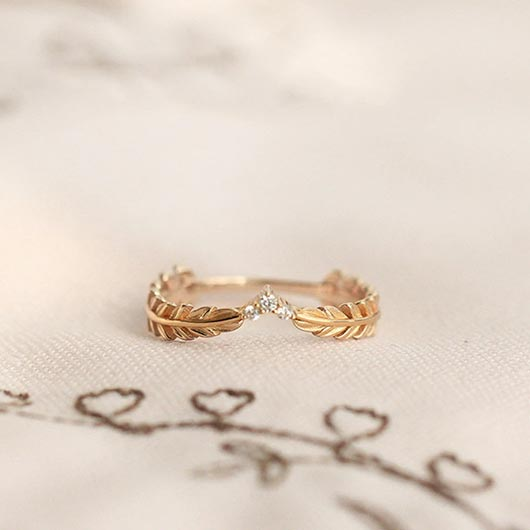 Simeon Purity Ring with golden metal and crystals