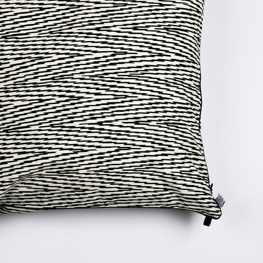 "Kissen ""IKAT HERRINGBONE"" BLACK FANCY 80x80cm   Cotton_Struktur"