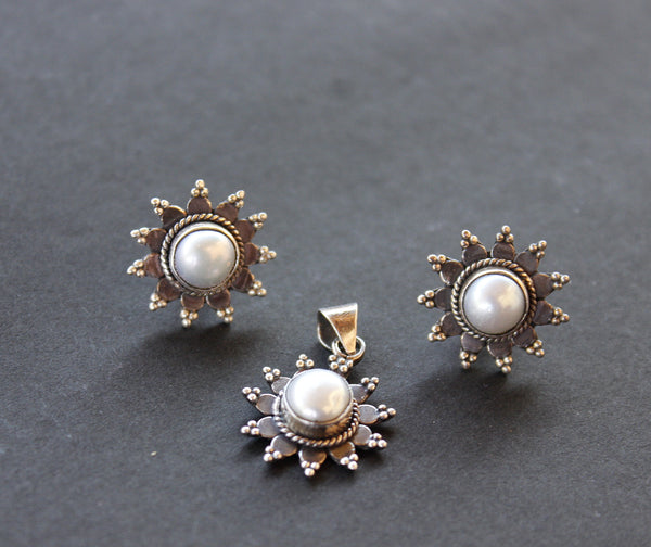 Pearl stud earring and pendant set