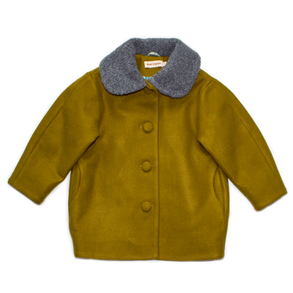 Modern wool coat - Brand: Marzipan Colour: Olive Details: Voluminous fit, Decorative collar, Back pleat, Front Buttons, Checkered lining Composition: 50% Wool, 50% Viscose; Lining - 100% Cotton Made in: Russia Sizing: 2 years (92cm); 4 years (104cm); 6 years (116cm)
