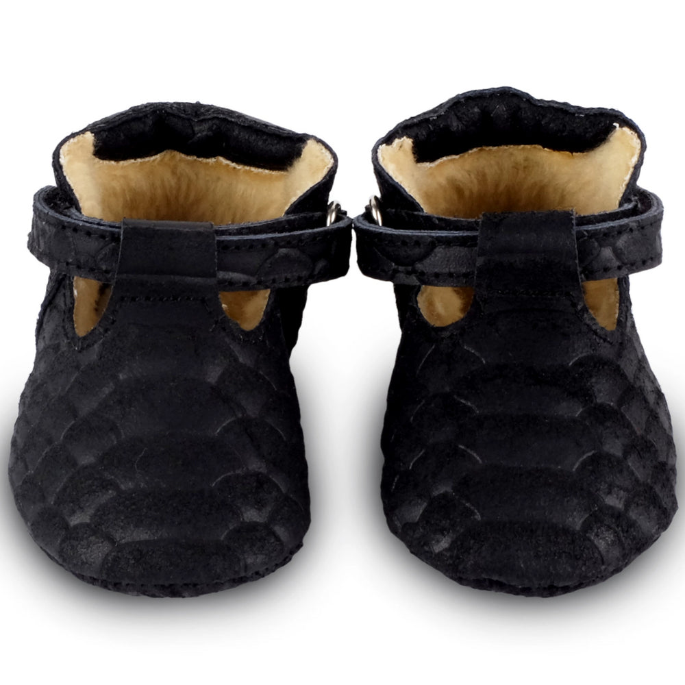 Brand: Donsje Colour: Black Details: Handmade & Fairtrade, Fully lined with faux fur, Velcro fastening strap.  Anti slip suede outsole (size: 0-6 & 6-12 months) Rubber flexible sole (size: 12-18 & 18-24 months) Composition:  100% Premium leather.