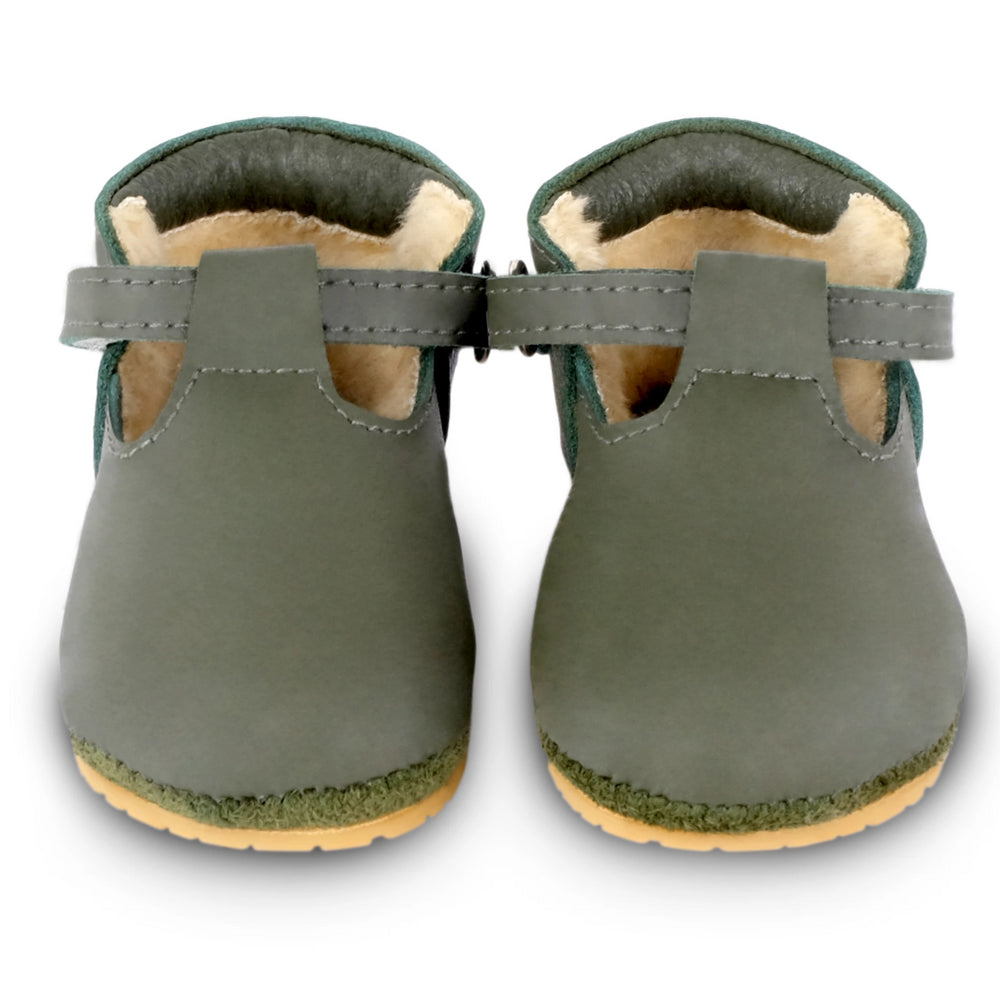 Brand: Donsje Details: Handmade & Fairtrade, Fully lined with faux fur, Velcro fastening strap.  Anti slip suede outsole (size: 0-6 & 6-12 months) Rubber flexible sole (size: 12-18 & 18-24 months) Composition:  100% Premium leather. Olive colour.