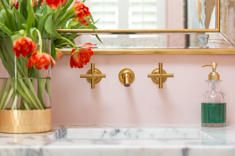 Award winning Interior Designer, Veronica Solomon at Casa Vilora tells Kelly-Moore Paints she uses satin and eggshell sheen on cabinets and trim, flat paint for walls with traditional bathroom trim