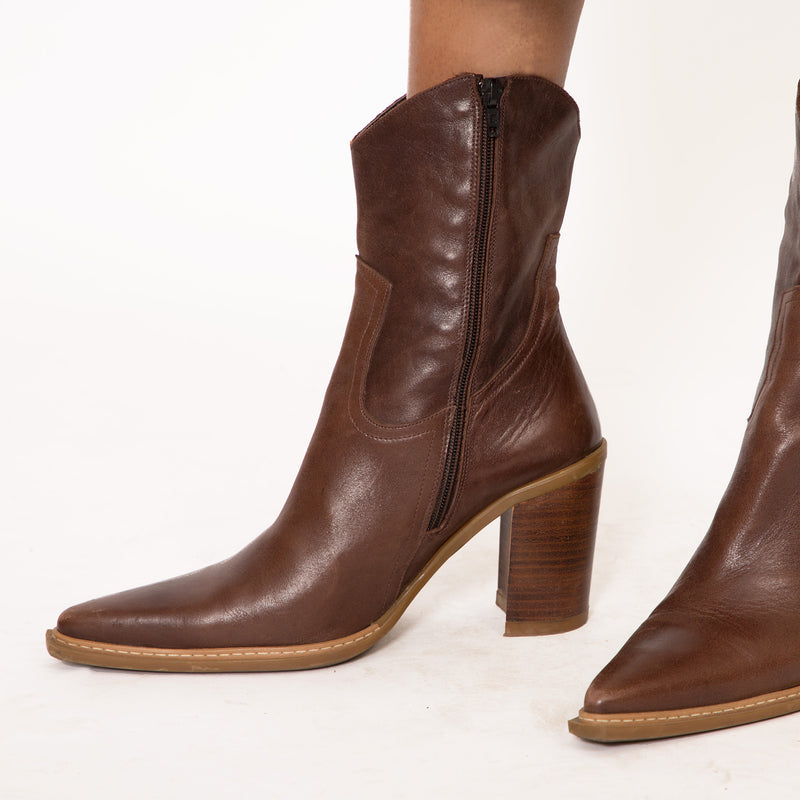 Buy Vintage '90s Brown Leather Block Heeled Boots on Bodements.com