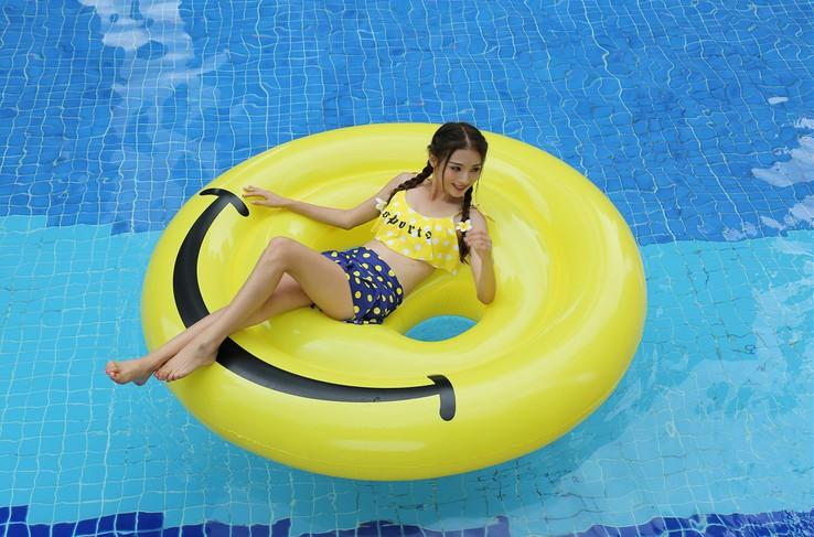Inflatable round smiley face floating row