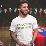 T-shirt success is my duty blanc porté par un jeune entrepreneur