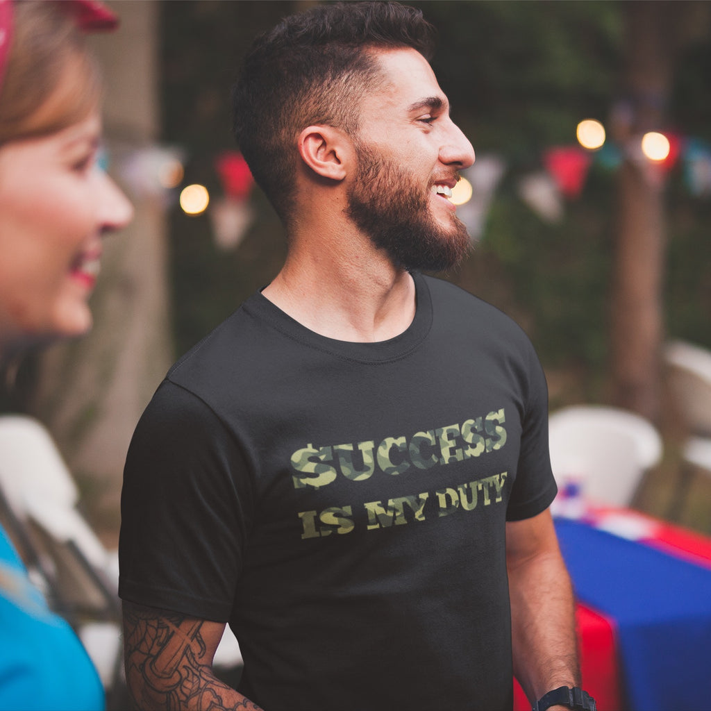 T-shirt success is my duty noir porté par un jeune entrepreneur