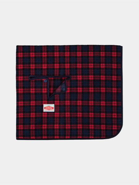 Charlie_s-Backyard-plaid-camp-pour-chien-rouge*