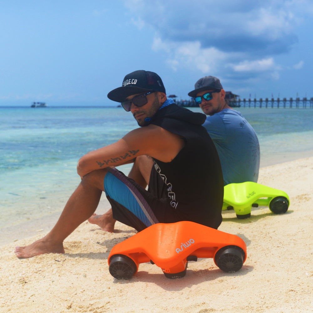 ASIWO Turbo Sea scooter-Two guys on the beach