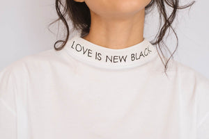 LOVE IS THE NEW BLACK - CAMISETA MUJER